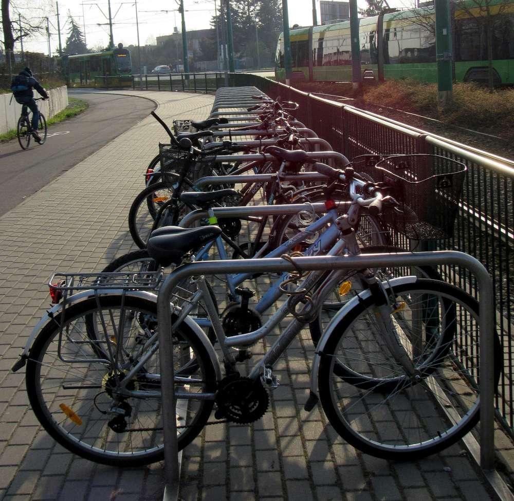 Przy przystankach będzie można zaparkować rower. ZTM kupuje 350 stojaków rowerowych